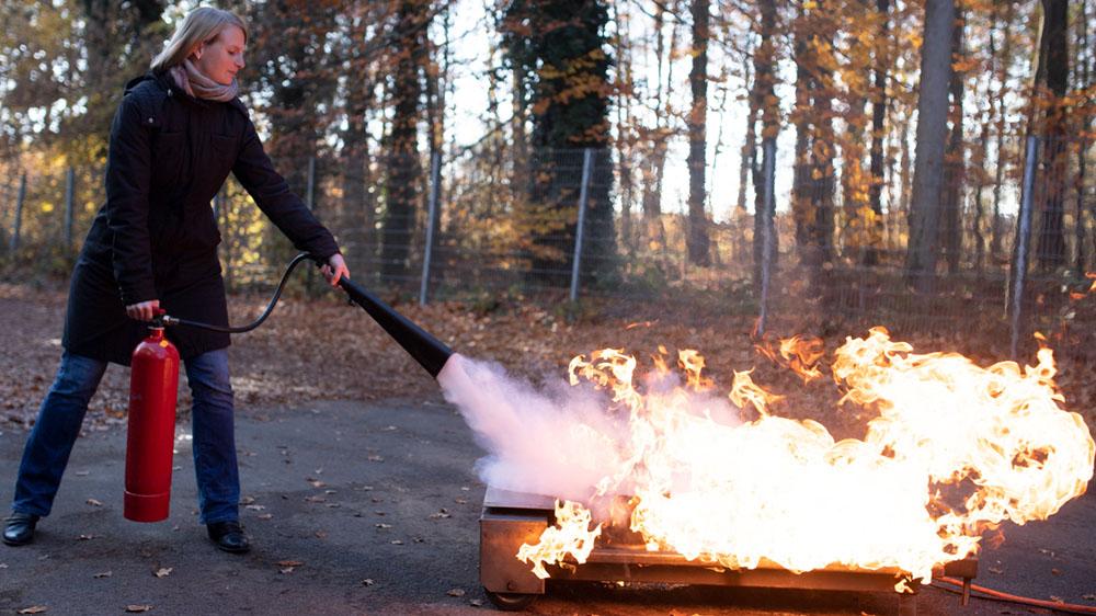 Brandschutzunterweisung mit CO2-Feuerlöscher Übung