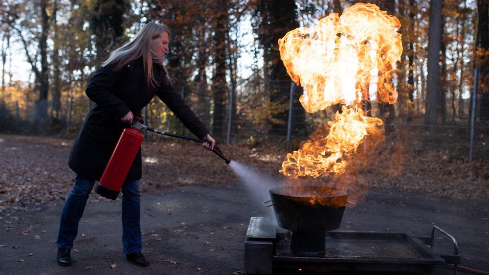 Übung mit dem Wasser-Feuerlöscher bei der Brandschutz- und Evakuierungshelfer Ausbildung