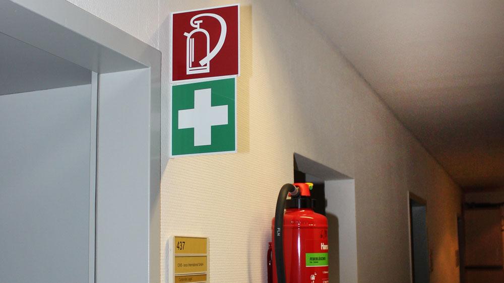 Beschilderung von Sicherheitshinweisen wie Feuerlöscher - Beratung, Montage und Prüfung