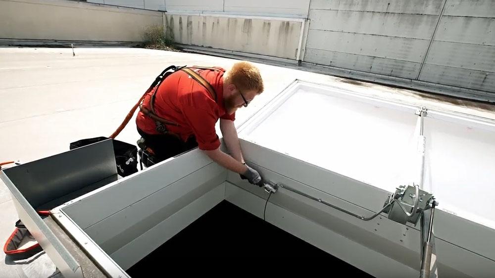 Wartung von Rauch- und Wärmeabzugsanlagen