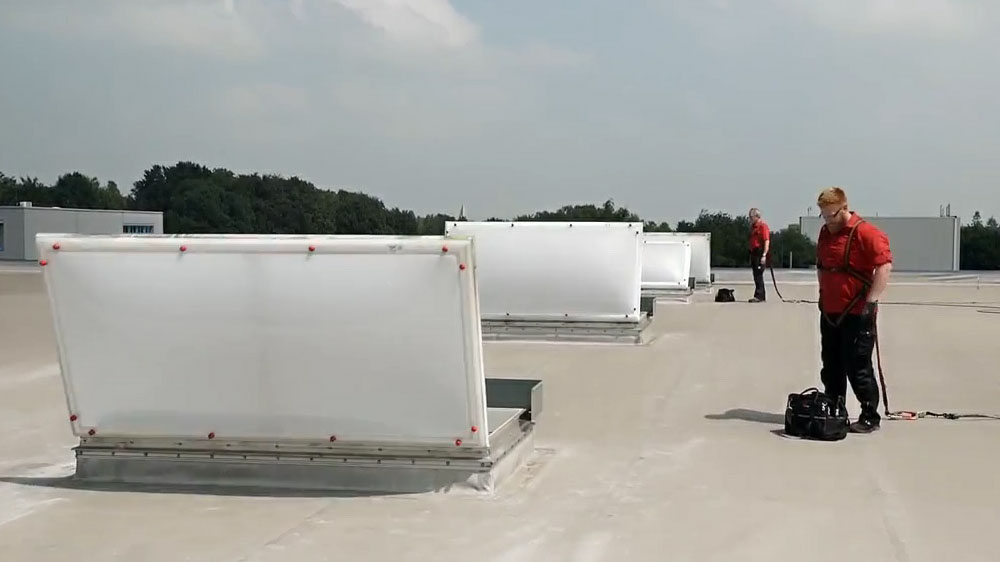 Rauch- und Wärmeabzugsanlagen auf dem Dach prüfen