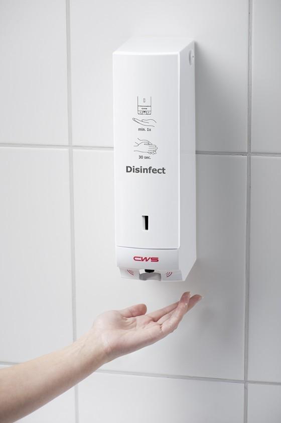 Handen wassen met behulp van een desinfectie dispenser