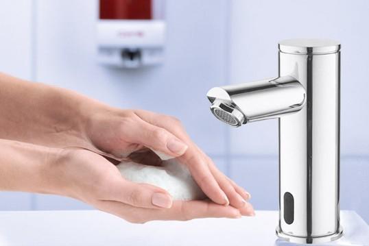 Het belang van handen wassen met behulp van een sensorkraan