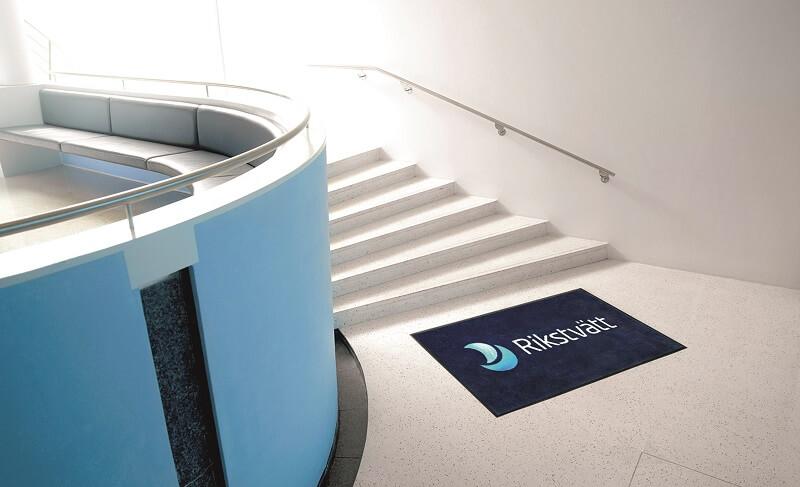 Een logomat in een kantoor voor de trap om vuil tegen te houden