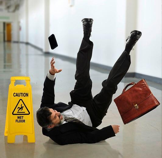 Meneer glijdt uit door een natte vloer