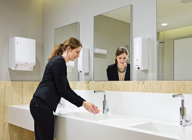 Werknemer handen wassen onder de kraan