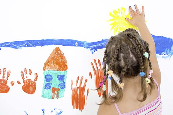 Vieze handen van kind met verf