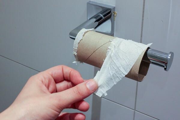 Lege WC-rol op het toilet