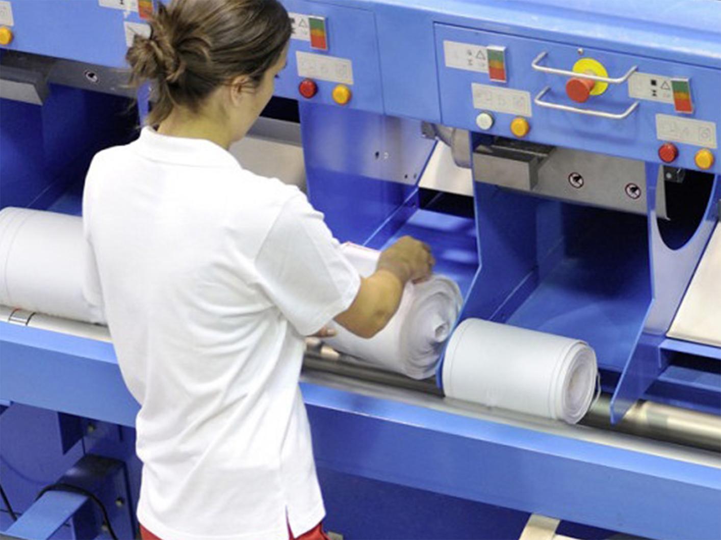 Eine Frau prüft die CWS Stoffhandtuchrollen