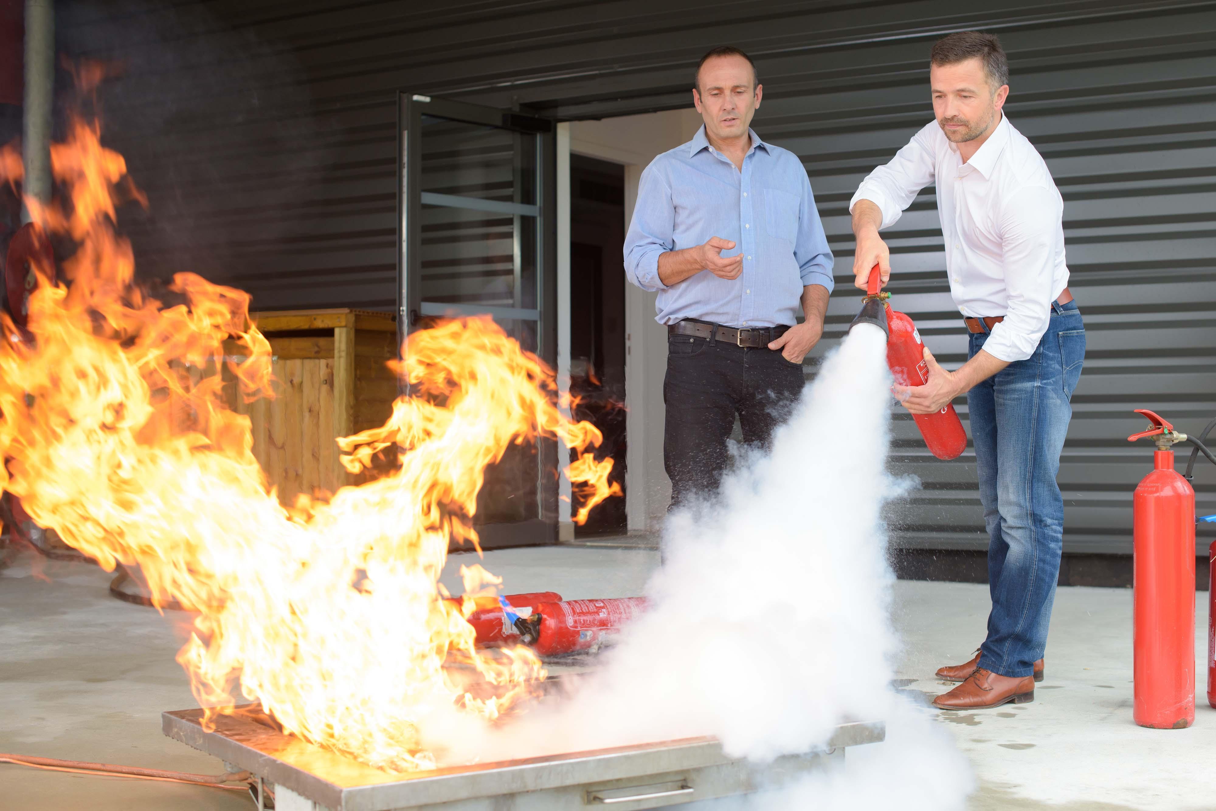 Zwei Männer bei Feuerlöschübung