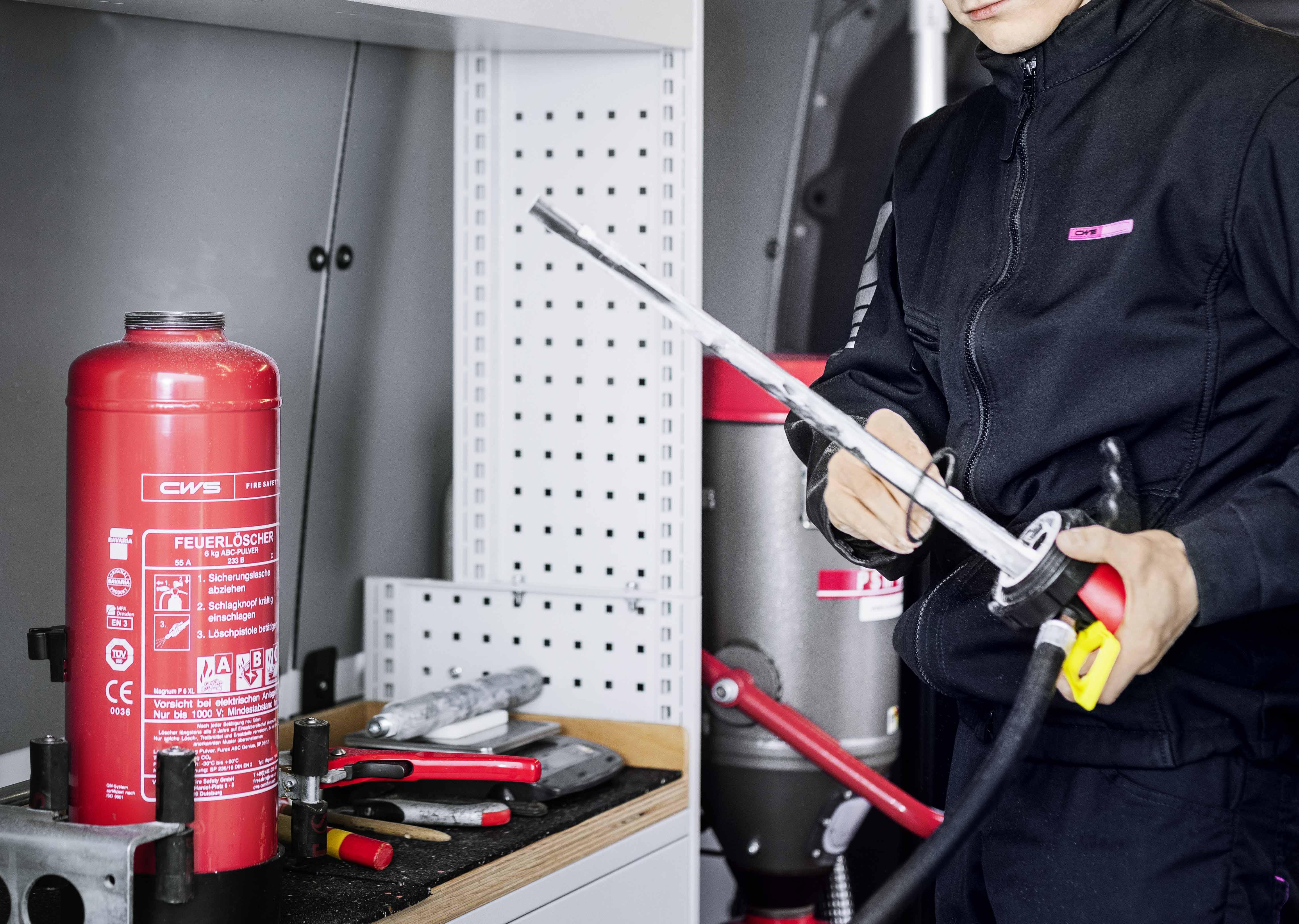 CWS Brandschutz-Techniker wartet Feuerlöscher