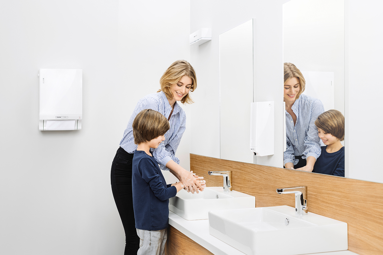 Eine Frau und ein Kind waschen sich ihre Hände
