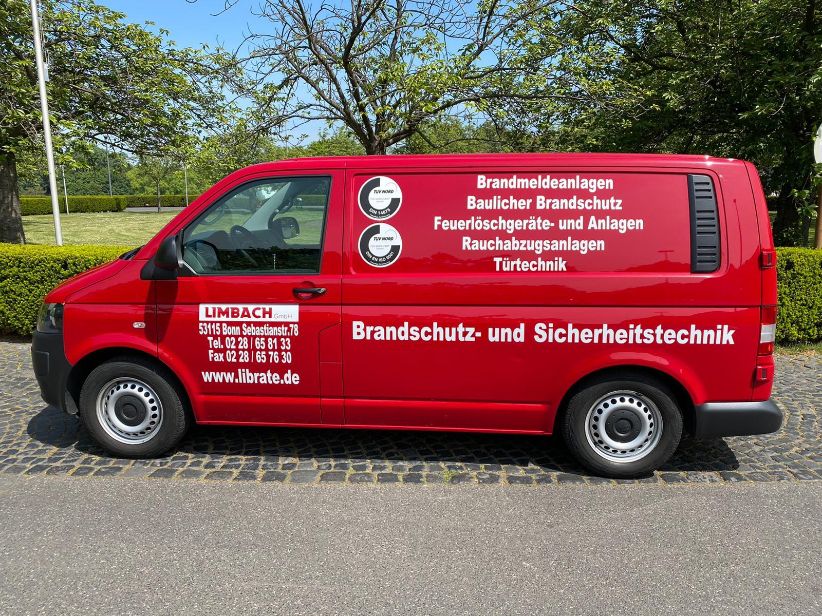 Rotes Fahrzeug mit ehemaliger Werbung zu Limbach Brandschutz