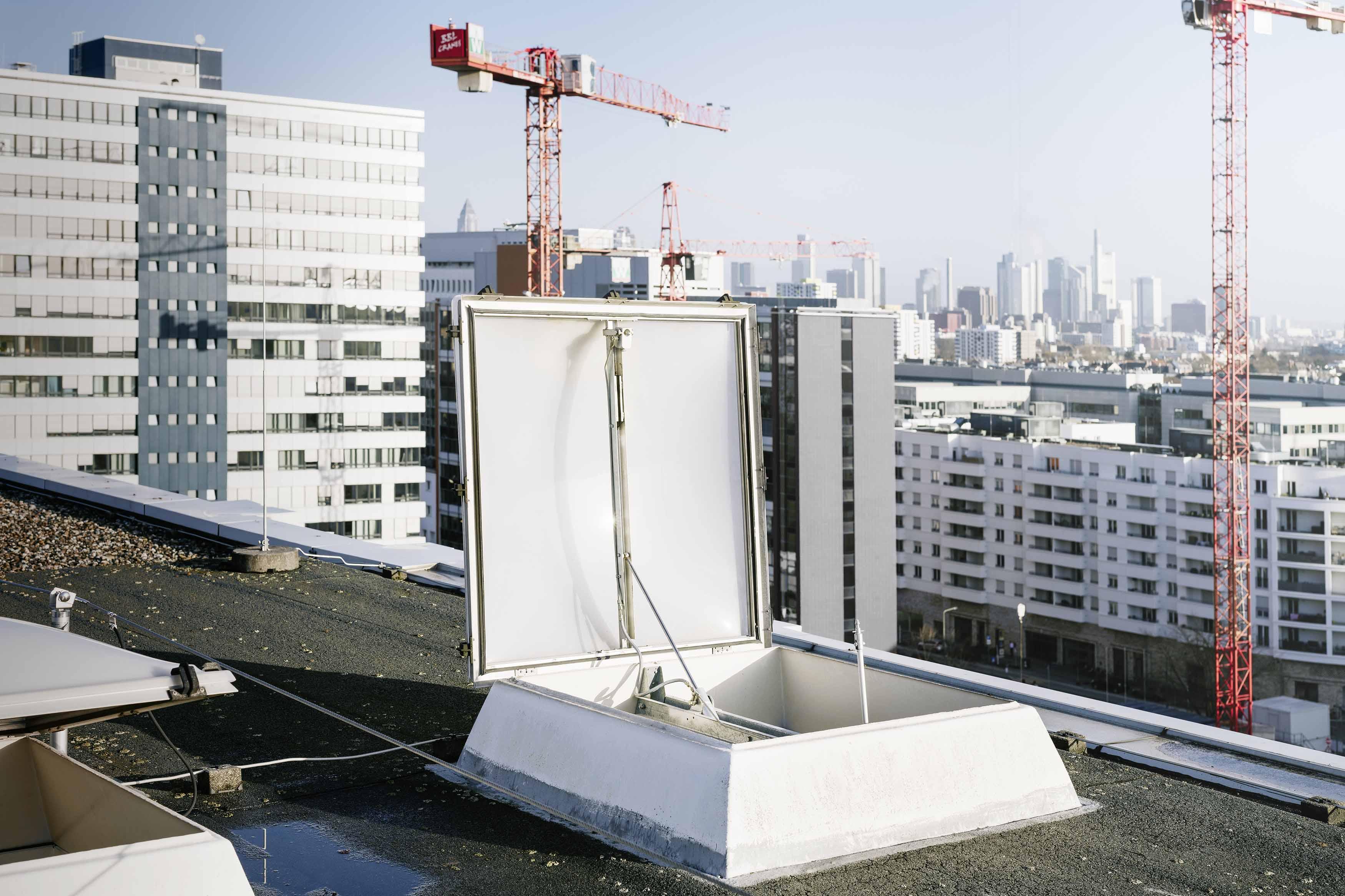 Geöffnete Rauchabzugskuppel auf einem Gebäudedach