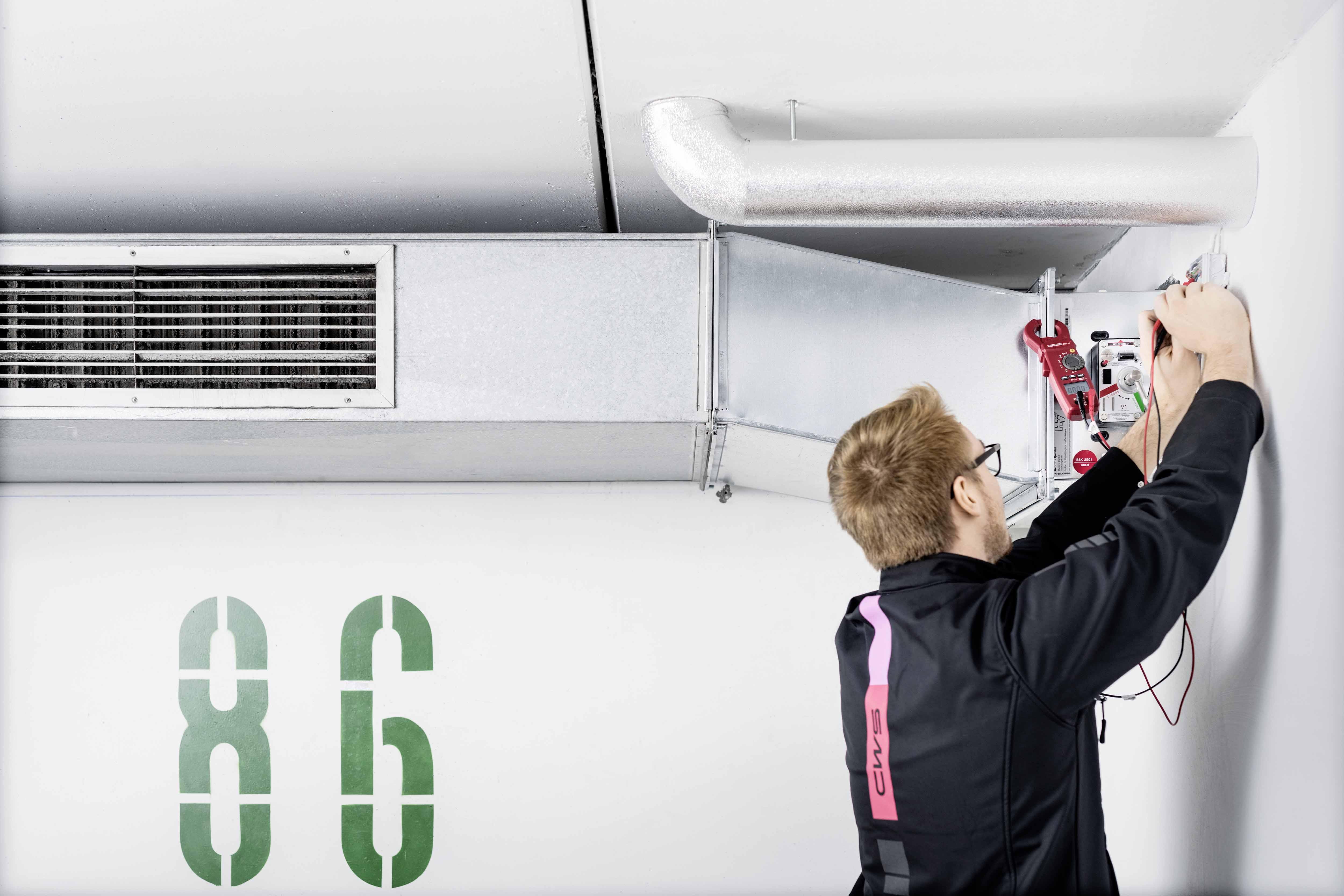 Brandschutztechnische Wartung einer Lüftungsanlage durch CWS Brandschutztechniker