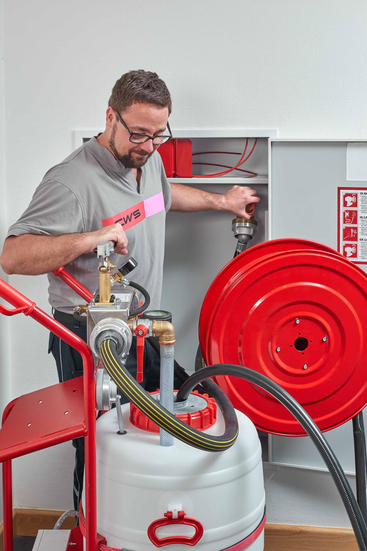 CWS Servicetechniker prüft einen Wandhydranten