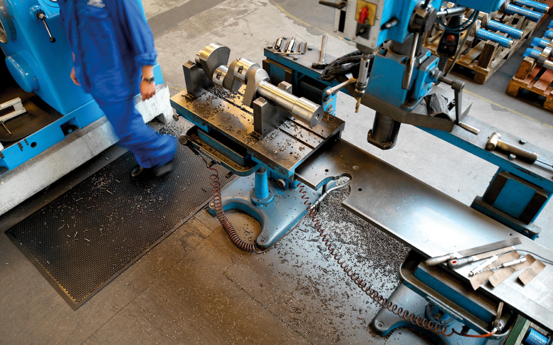 Eine CWS Anti-Fatigue-Matte in einer Werkstatt