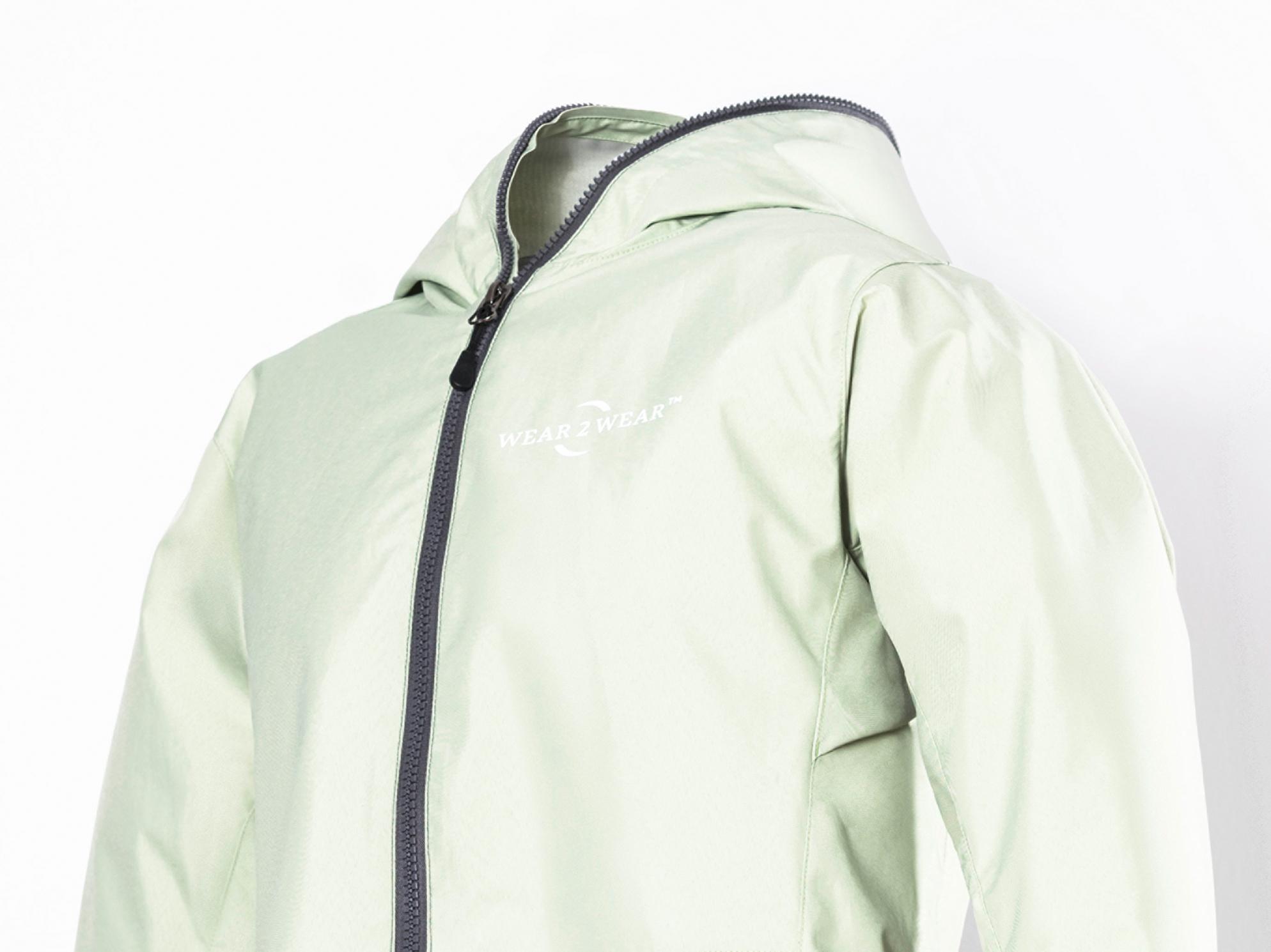 Weiße Kapuzenjacke mit wear2wear™ Logo auf der Brust.