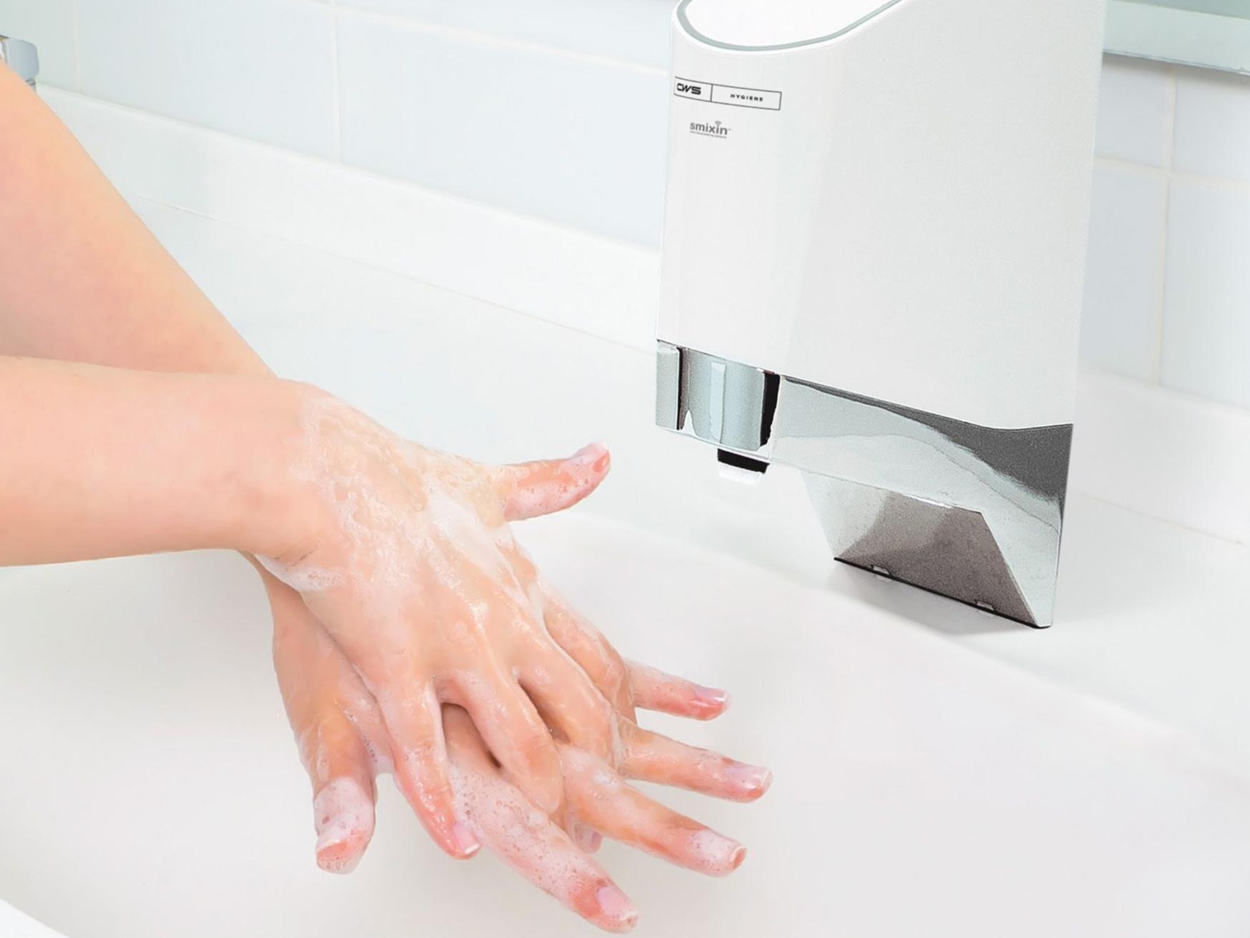 Hände werden unter einer CWS SmartWash Mischarmatur gewaschen
