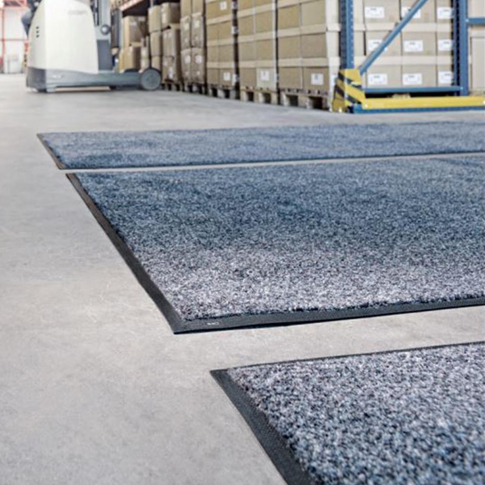 CWS Industriematten auf dem Boden in einer Lagerhalle