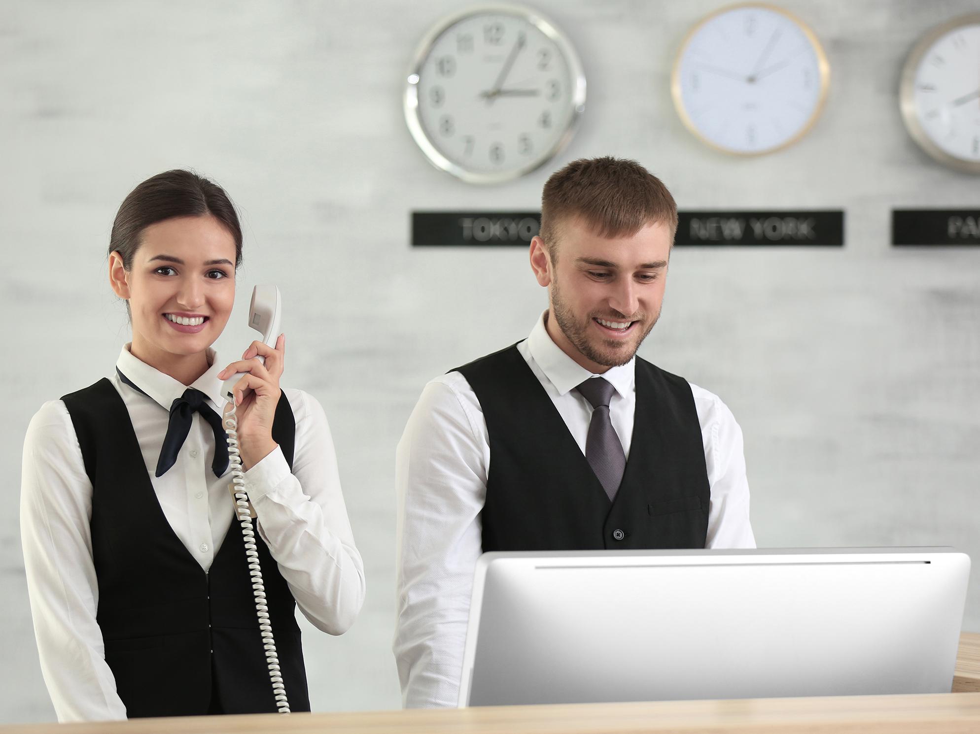 Zwei Hotelrezeptionisten bei der Arbeit