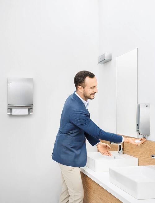 Handen wassen door man op kantoor