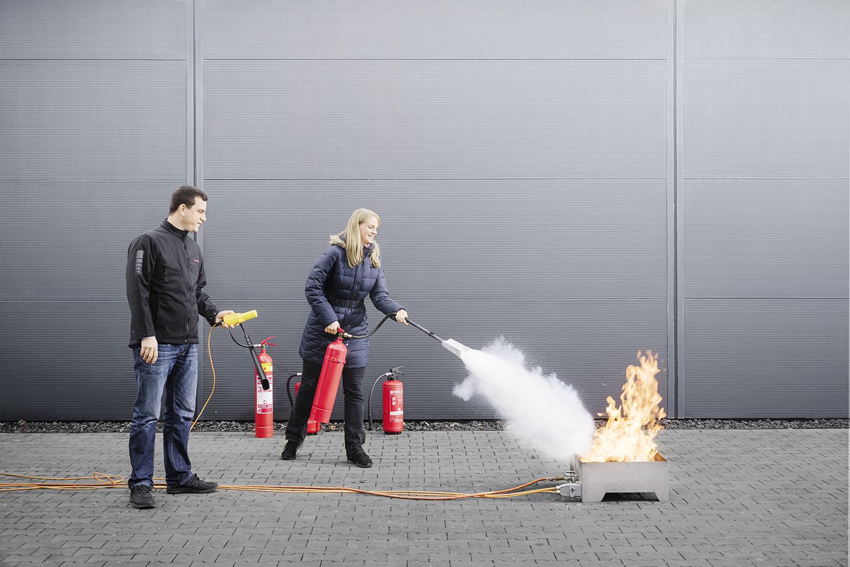 Brandschutzunterweisung mit CO2-Feuerlöscher Feuerlöschübung