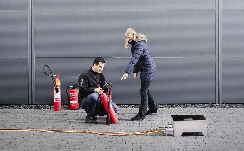 Trainer erklärt Feuerlöschübung Ausbilung BEH
