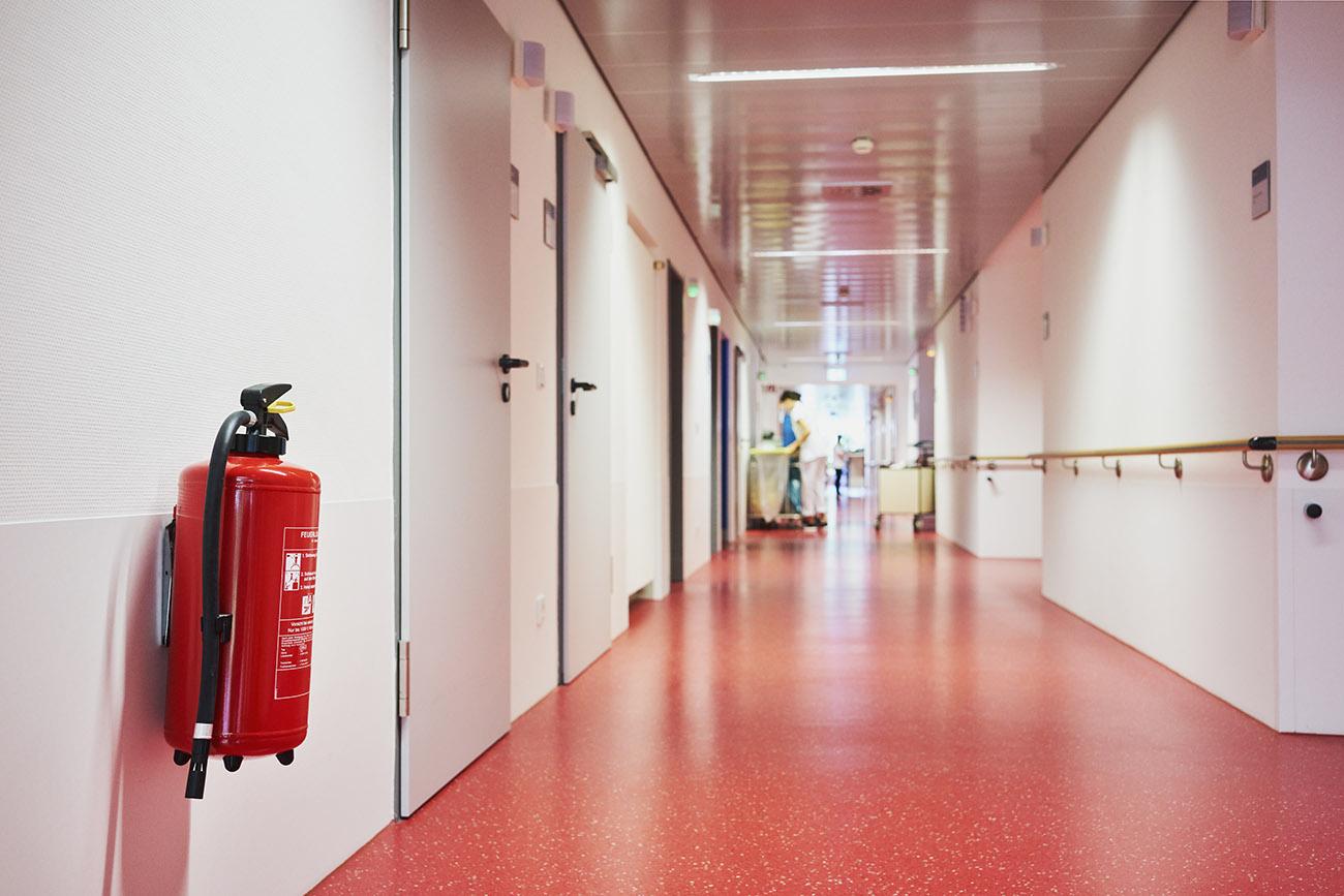 Brandschutz im Gebäude - Feuerlöscher im Flur