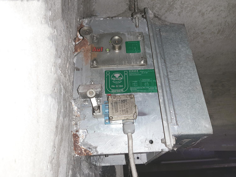 Sanierungsbedürftigte asbesthaltige Brandschutzklappe BSK