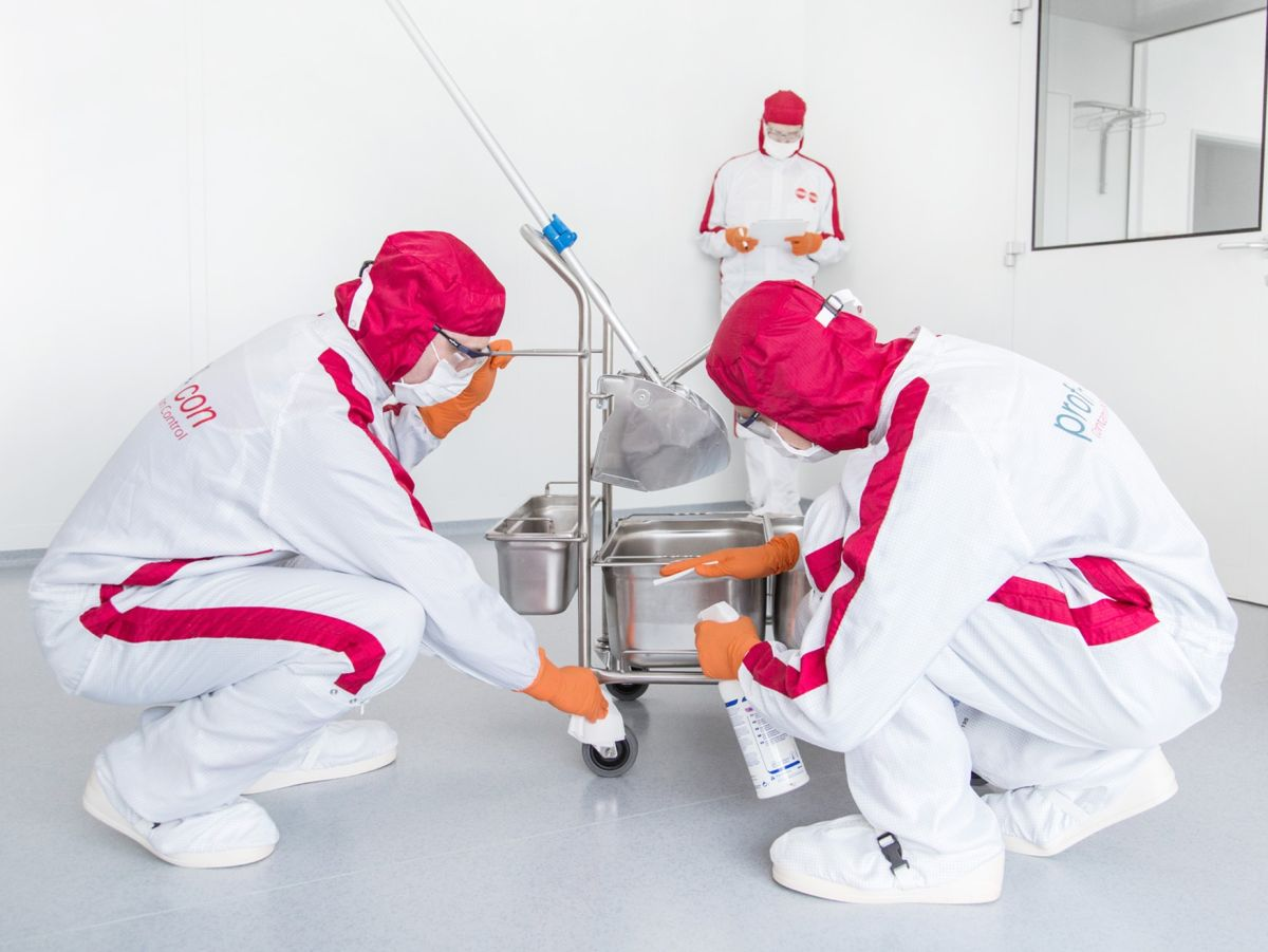 employees-cleanroom-cleaning-cleanrooms-cws-d